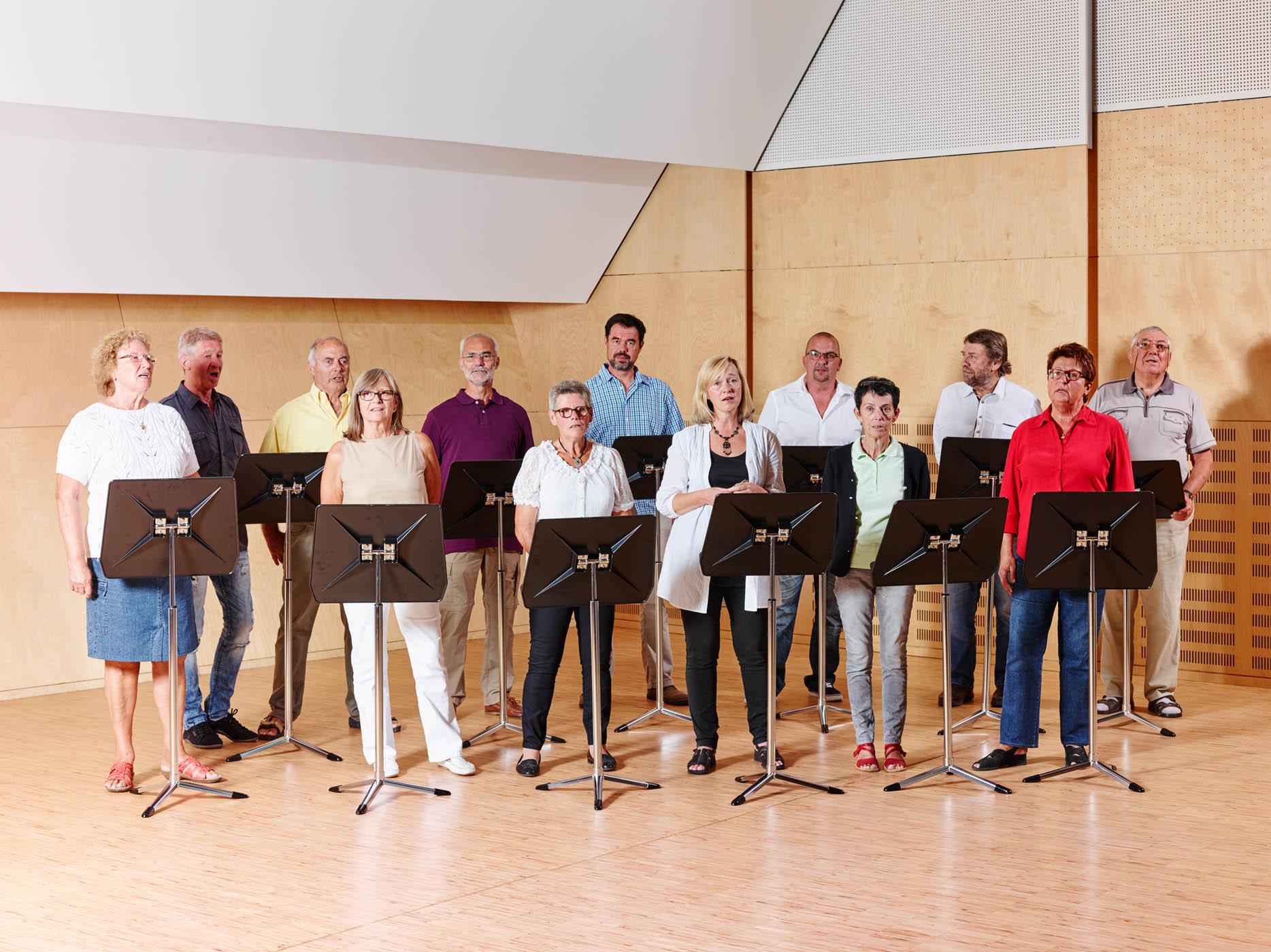 Sie sehen eine Chorprobe in der Musikakademie Knappenberg. JUFA Hotels bietet den Ort für Konzerte und Probenwochenenden.