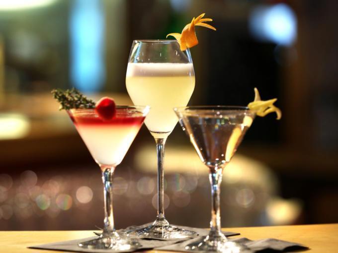 Sie sehen drei Cocktails im JUFA Alpenhotel Saalbach**** mit Dekoration. JUFA Hotels bietet erholsamen Familienurlaub und einen unvergesslichen Winterurlaub.