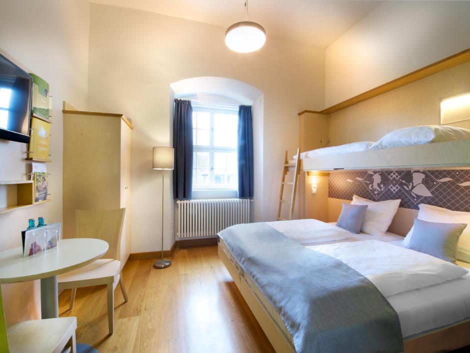 Sie sehen ein Doppelzimmer und Familienzimmer im JUFA Hotel Kronach – Festung Rosenberg***. Der Ort für kinderfreundlichen und erlebnisreichen Urlaub für die ganze Familie.