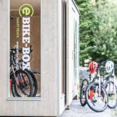 Sie sehen die E-Bike-Box im JUFA Hotel Maria Lankowitz. Der Ort für tollen Sommerurlaub an schönen Seen für die ganze Familie.