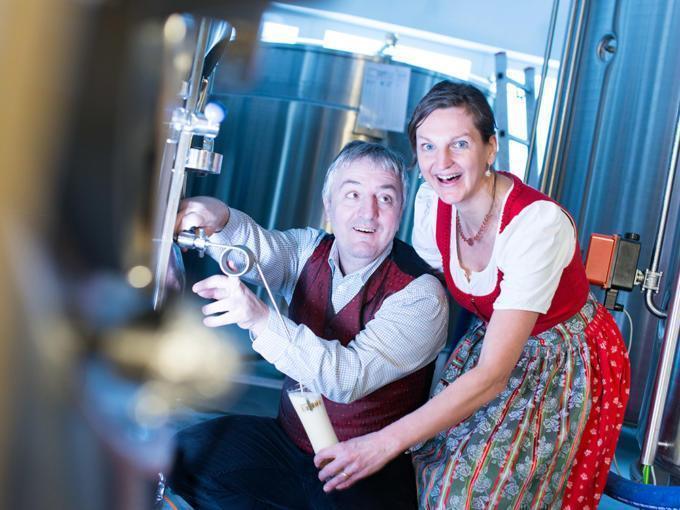 Sie sehen das Ehepaar Bruckner von Bruckners Bierwelt und  Erzbräu in Gaming, die das JUFA Hotel Annaberg – Bergerlebnis-Resort***s beliefert. JUFA Hotels bietet kinderfreundlichen und erlebnisreichen Urlaub für die ganze Familie.