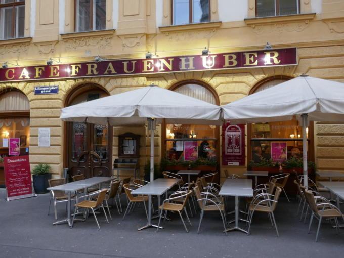 Sie sehen den Eingang vom Café Frauenhuber mit Gastgarten in Wien. JUFA Hotels bietet erholsamen Familienurlaub und einen unvergesslichen Winterurlaub.
