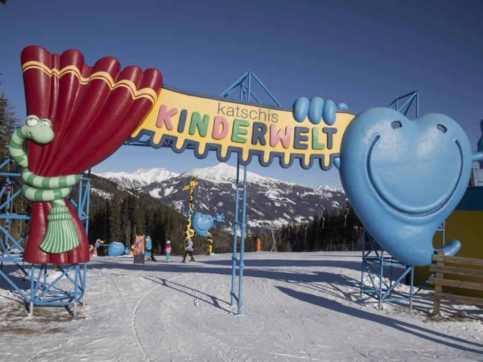 Eingangsbereich von Katschis Kinderwelt im Skigebiet Katschberg. In der Nähe des JUFA Hotel Lungau. Der Ort für erholsamen Familienurlaub und einen unvergesslichen Winterurlaub.