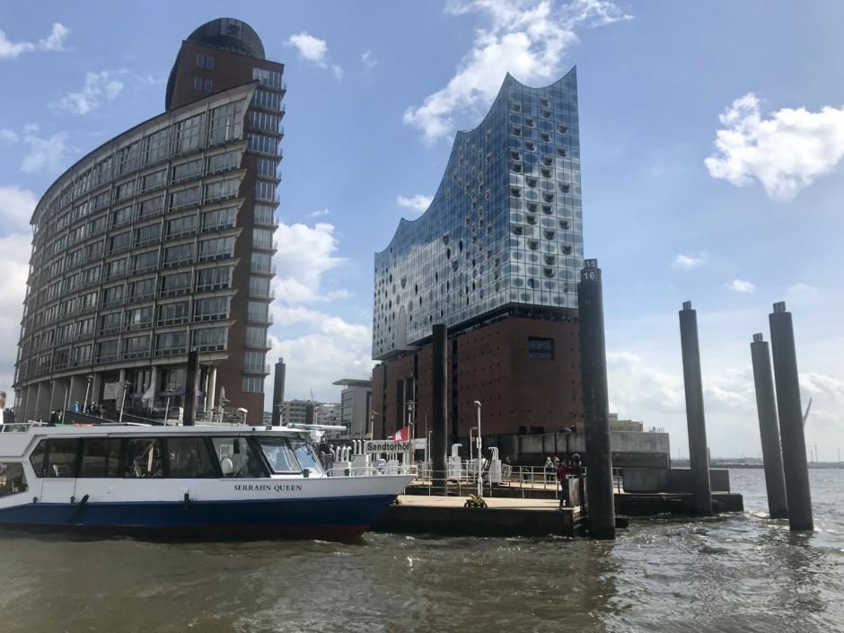 Sie sehen eine Hafenrundfahrt per Boot vor der Elbphilharmnie in Hamburg. JUFA Hotels bietet erlebnisreichen Städtetrip für die ganze Familie und den idealen Platz für Ihr Seminar.
