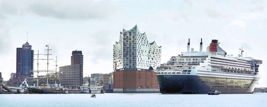 Queen Mary2 und Elbphilharmonie im Hamburger Hafen im Sommer. JUFA Hotels bietet erlebnisreichen Städtetrip für die ganze Familie und den idealen Platz für Ihr Seminar.