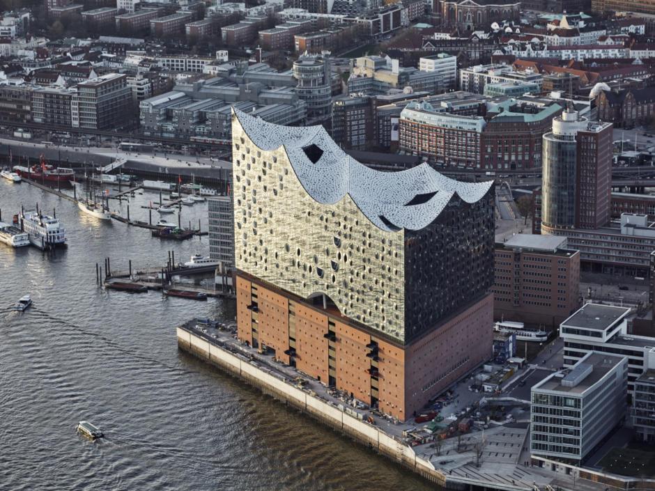 Elbphilharmonie in Hamburg von einer Luftaufnahme. Nur wenige Gehminuten vom JUFA Hotel Hamburg HafenCity erreichbar.