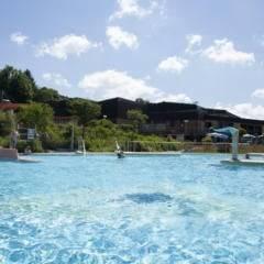 Sie sehen das Erlebnisbad Crana Mare in Kronach mit einer Rutsche im Sommer. JUFA Hotels bietet kinderfreundlichen und erlebnisreichen Urlaub für die ganze Familie.