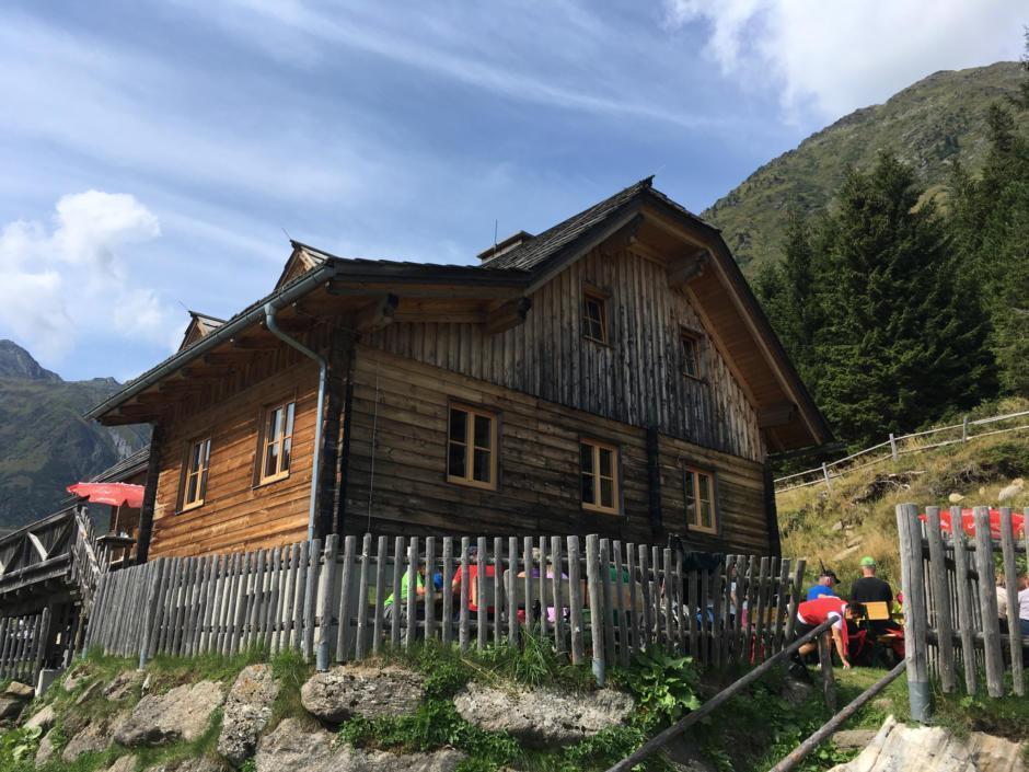 Sie sehen die Eselsberger Alm mit ihrem Gastgarten im Sommer. JUFA Hotels bietet erholsamen Familienurlaub und einen unvergesslichen Winter- und Wanderurlaub.