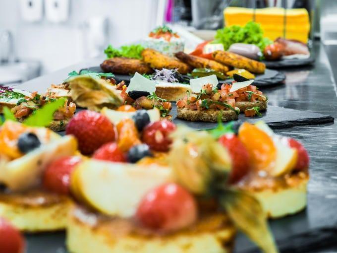 Sie sehen Essen im JUFA Hotel Königswinter/Bonn mit Törtchen. JUFA Hotels bietet erlebnisreichen Städtetrip für die ganze Familie und den idealen Platz für Ihr Seminar.