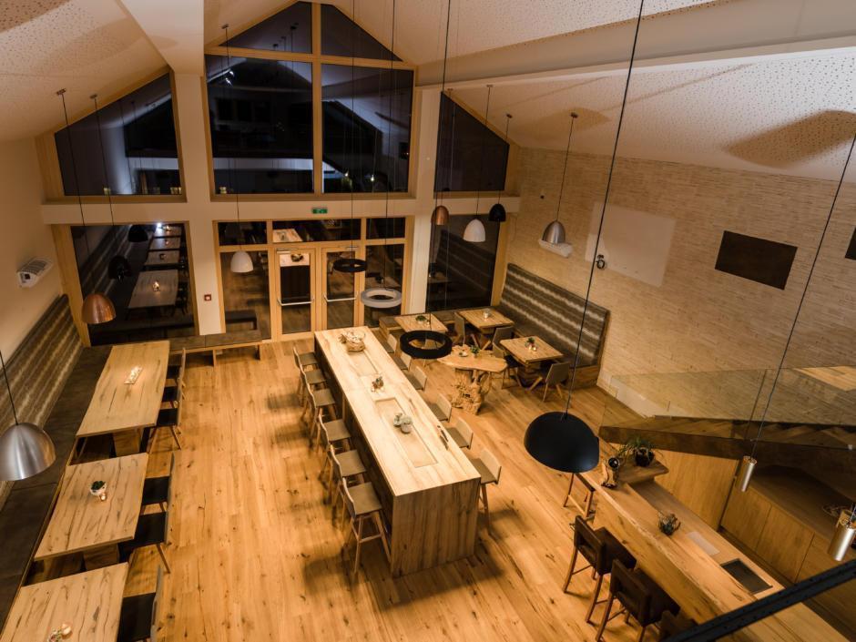 Sie sehen das EventArium mit einer Treppe am JUFA Hotel Neutal – Landerlebnis. Der Ort für erlebnisreichen Natururlaub für die ganze Familie.