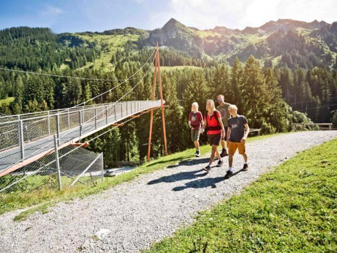 Sie sehen eine Familie am Baumzipfelweg in Saalbach. JUFA Hotels bietet Ihnen den Ort für erlebnisreichen Natururlaub für die ganze Familie.