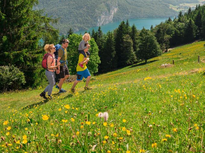 Familie mit Kind beim Wandern