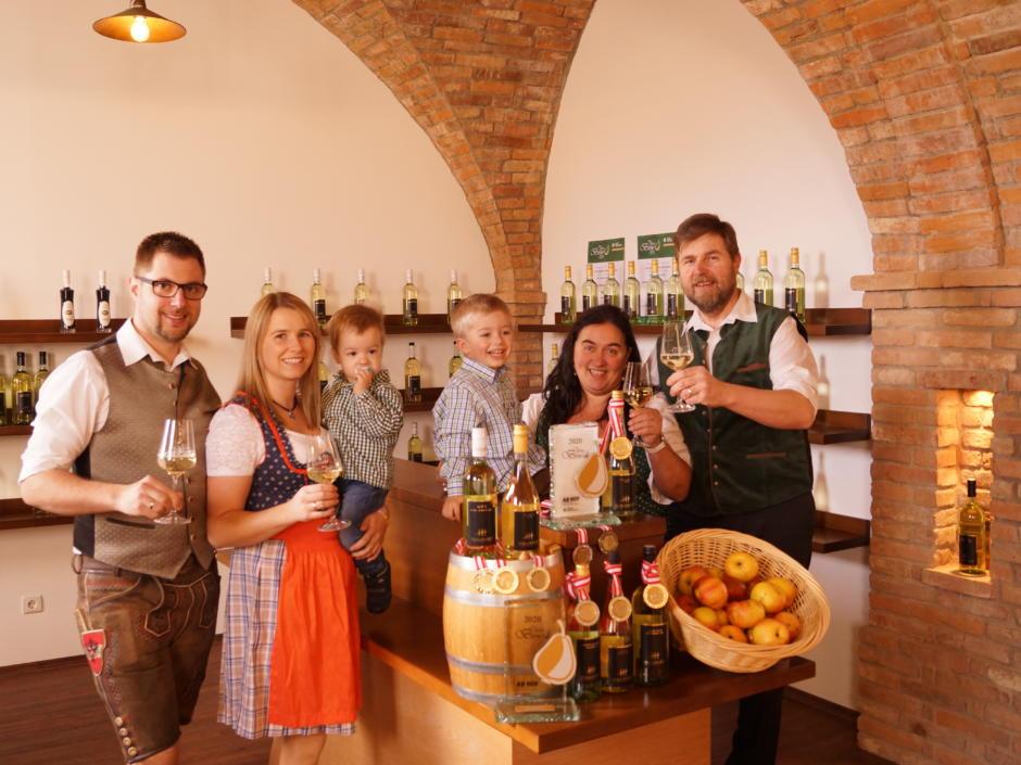 Sie sehen Ciders von Familie Höllhuber. JUFA Hotels bietet kinderfreundlichen und erlebnisreichen Urlaub für die ganze Familie.