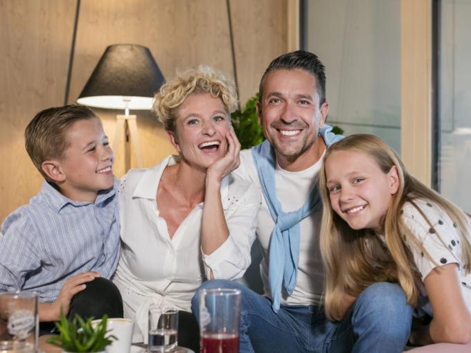 Sie sehen eine Familie lachend im JUFA Hotel Weiz. Der Ort für kinderfreundlichen und erlebnisreichen Urlaub für die ganze Familie.