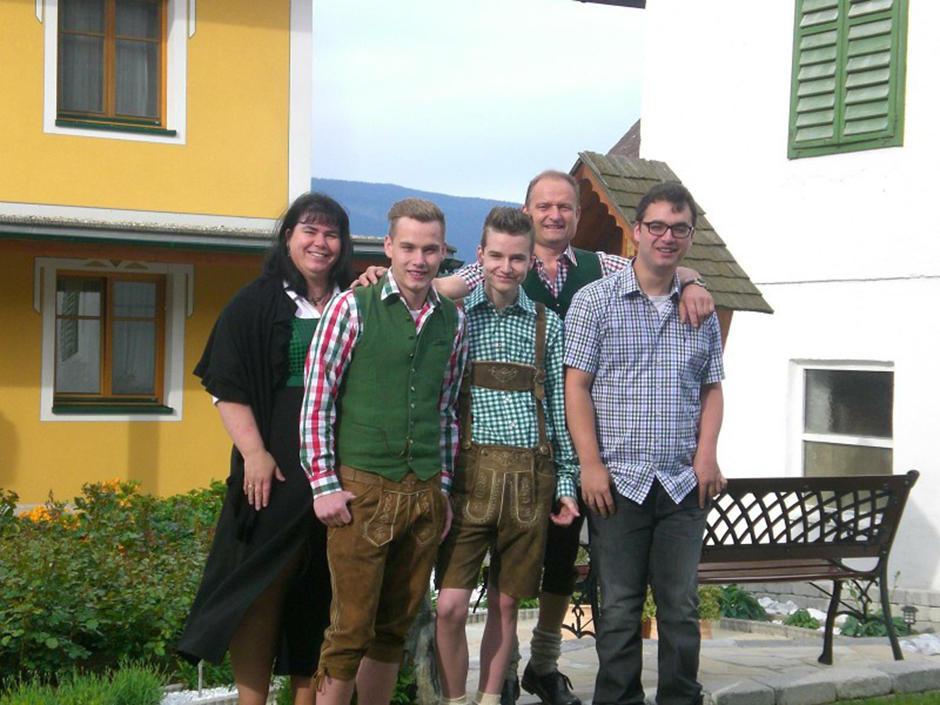 Sie sehen Familie Polzhofer aus Pöllau. JUFA Hotels bietet kinderfreundlichen und erlebnisreichen Urlaub für die ganze Familie.