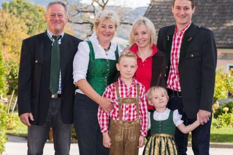 Sie sehen die Familie Schirnhofer vom Obsthof in Pöllau, von der das JUFA Hotel Pöllau – Bio-Landerlebnis*** beliefert wird. JUFA Hotels bietet kinderfreundlichen und erlebnisreichen Urlaub für die ganze Familie.