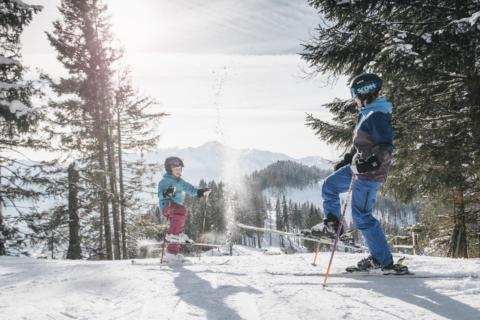 Sie sehen eine Familie im Skigebiet Kaiserau, die Spaß hat im Schnee. JUFA Hotels bietet erholsamen Familienurlaub und einen unvergesslichen Winterurlaub.