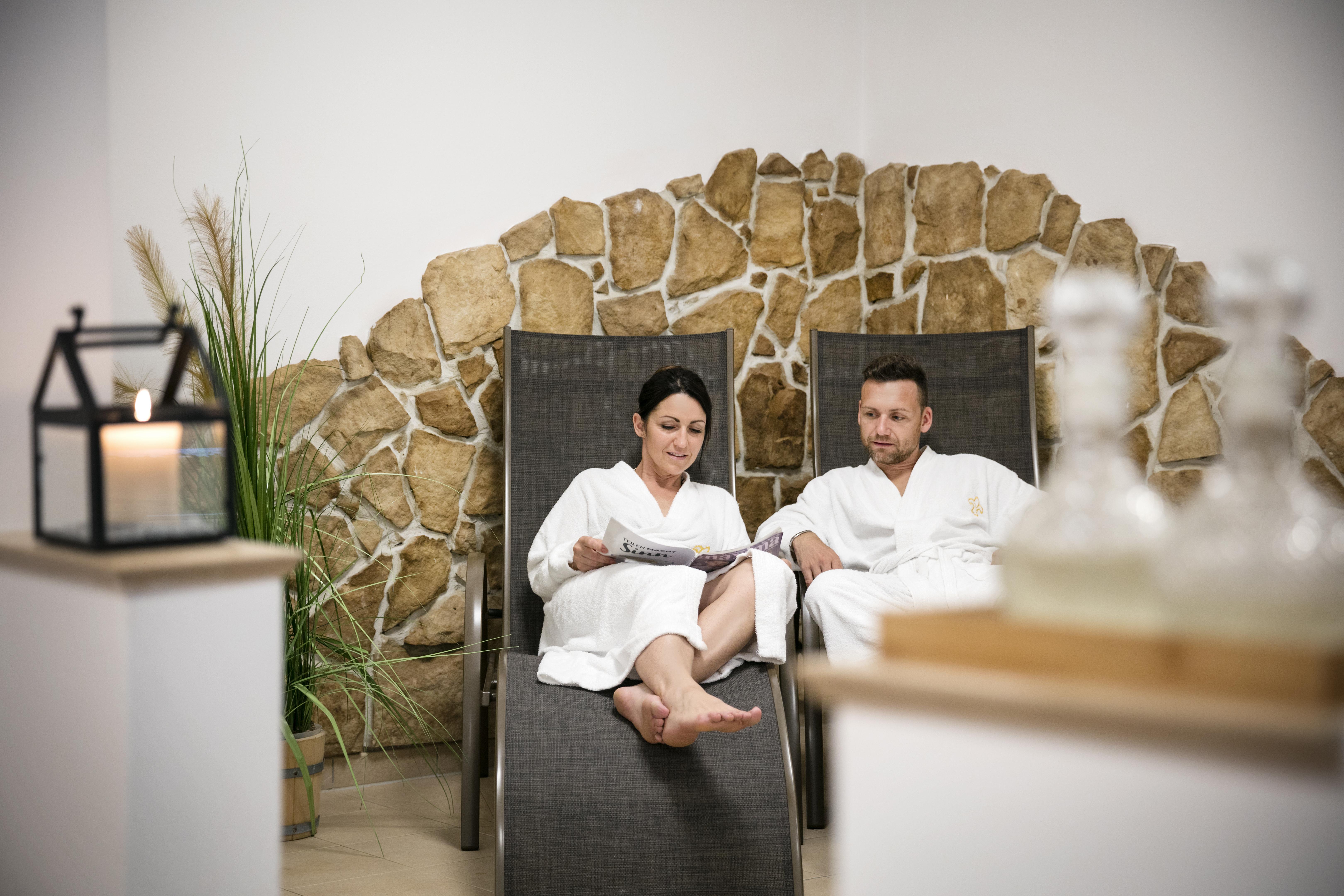 Sie sehen ein Paar im Wellnessbereich des JUFA Hotels Sigmundsberg. Der Ort für erholsamen Familienurlaub und einen unvergesslichen Winter- und Wanderurlaub.