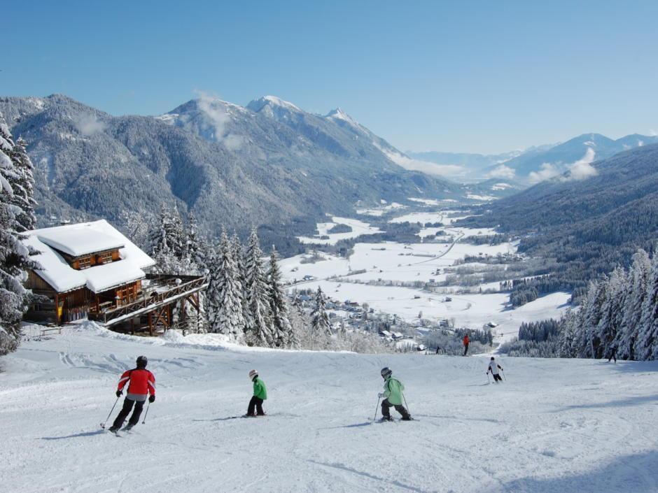 Sie sehen ein Panorama des Familienskigebiets Weißbriach in Kärnten. JUFA Hotels bietet erholsamen Familienurlaub und einen unvergesslichen Winterurlaub