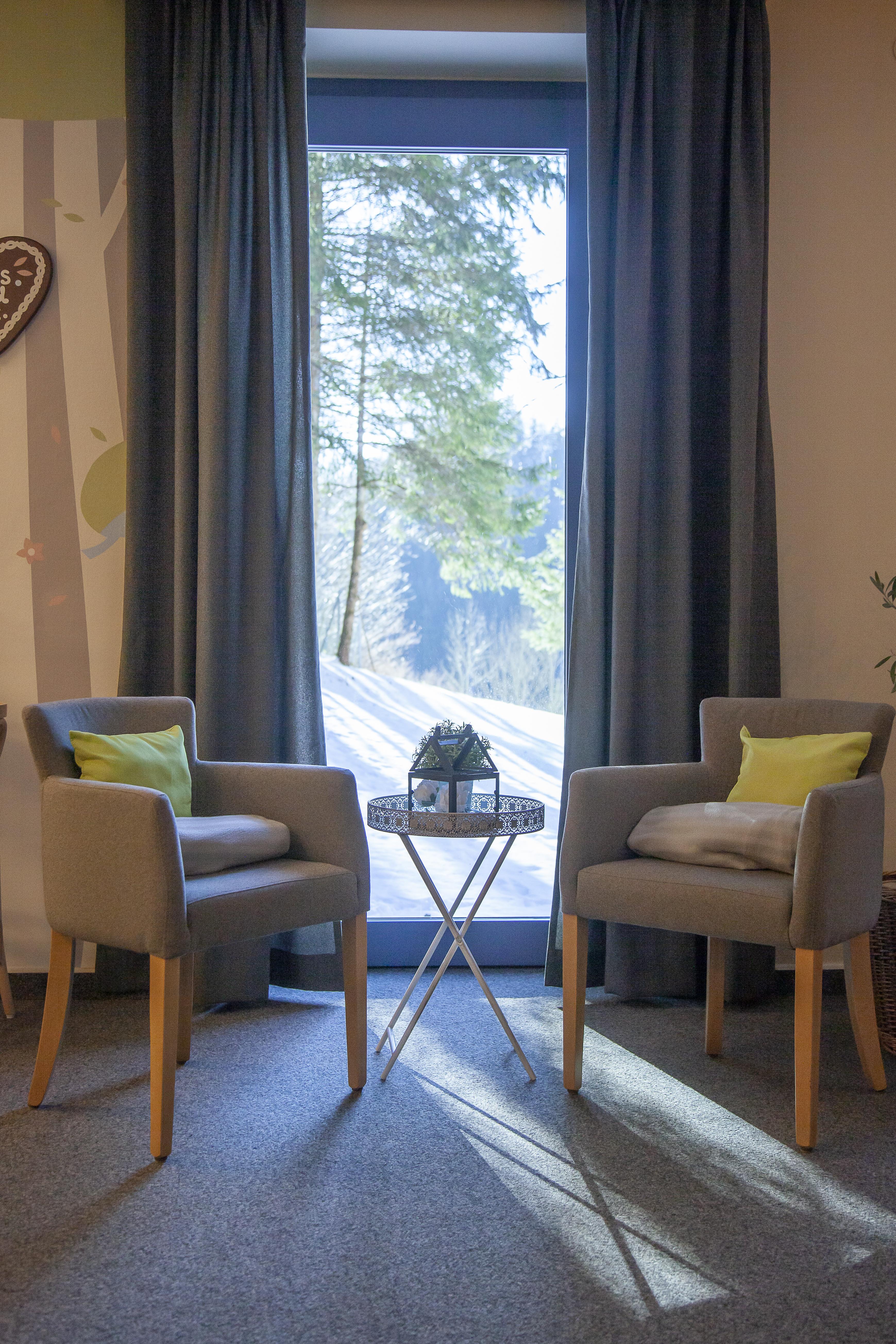 Sie sehen einen Fensterplatz im Café des JUFA Hotel Mariazell – Sigmundsberg. Der Ort für erholsamen Familienurlaub und einen unvergesslichen Winter- und Wanderurlaub.