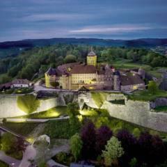Sie sehen die Festung Rosenberg in Kronach am Abend. JUFA Hotels bietet kinderfreundlichen und erlebnisreichen Urlaub für die ganze Familie.