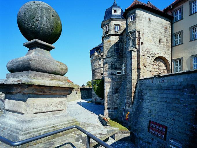 Sie sehen die Festung Rosenberg in Kronach mit einem Geländer im Sommer. JUFA Hotels bietet kinderfreundlichen und erlebnisreichen Urlaub für die ganze Familie.
