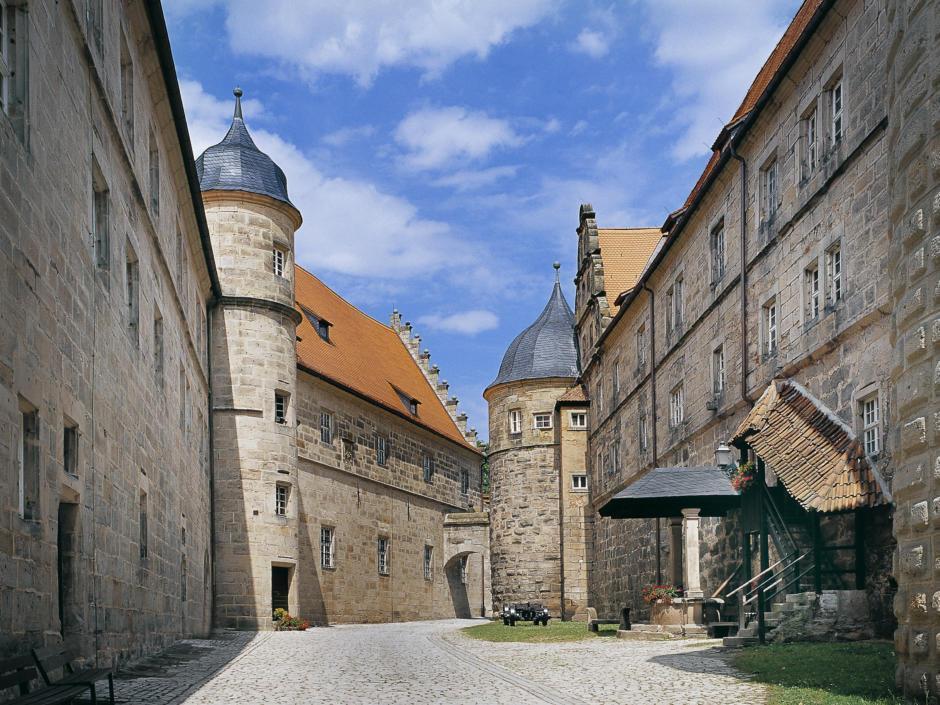 Sie sehen die Festung Rosenberg in Kronach mit Zugang zum JUFA Hotel im Sommer. JUFA Hotels bietet kinderfreundlichen und erlebnisreichen Urlaub für die ganze Familie.
