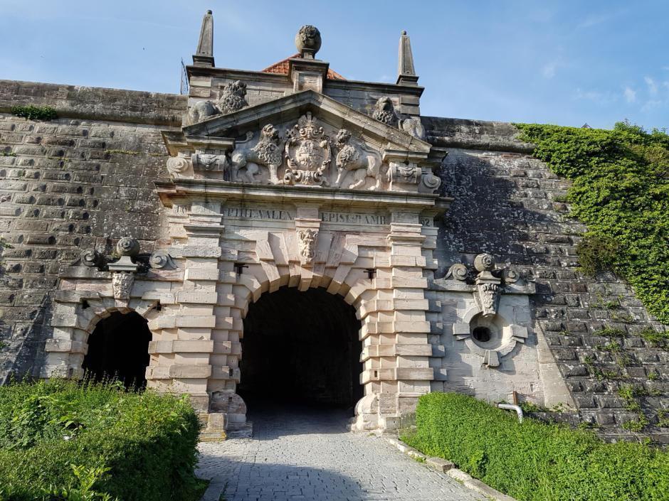 Sie sehen den Festungseingang vom JUFA Hotel Kronach – Festung Rosenberg*** im Sommer. JUFA Hotels bietet kinderfreundlichen und erlebnisreichen Urlaub für die ganze Familie.