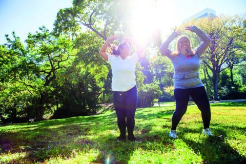 Sie sehen zwei beleibtere Frauen beim Sport im Park. JUFA Hotels bietet erlebnisreiche Feriencamps in den Bereichen Sport, Gesundheit, Bildung und Sprachen.