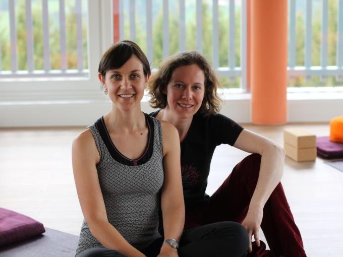 Sie sehen Frauen beim Yoga im JUFA Hotel Knappenberg. JUFA Hotels bietet erholsamen Familienurlaub und einen unvergesslichen Winter- und Wanderurlaub.