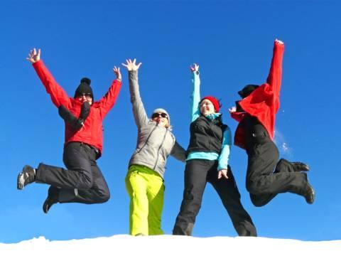 Eine Gruppe von Frauen freut sich über einen tollen Skitag im Skigebiet Gaal. JUFA Hotels bietet erholsamen Familienurlaub und einen unvergesslichen Winterurlaub.