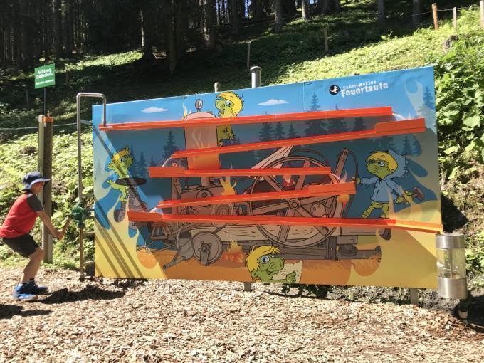 Sie sehen ein Kind beim Abenteuerspielplatz Fridolins Feuertaufe auf der Schmittenhöhe in Zell am See. JUFA Hotels bietet Ihnen den Ort für erlebnisreichen Natururlaub für die ganze Familie.