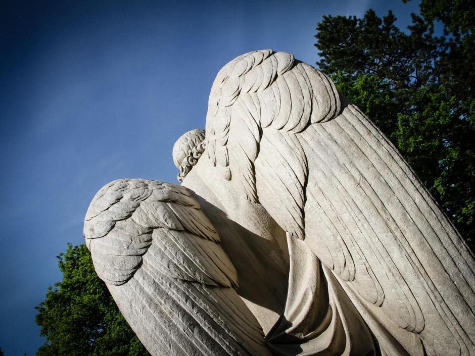 Ein Engel aus Stein bewacht einen Salzburger Friedhof.