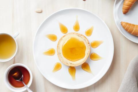 Sie sehen das Frühstück bei JUFA Hotels mit einer Honigsemmel und Müsli. JUFA Hotels bietet erholsamen Familienurlaub und einen unvergesslichen Winter- und Wanderurlaub.