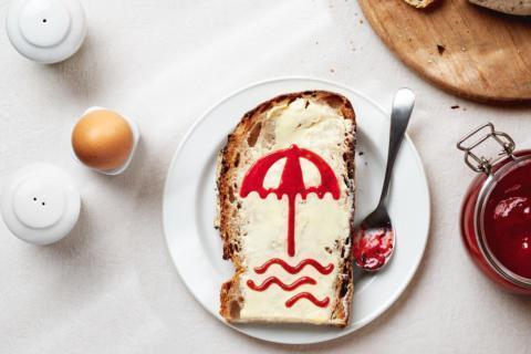 Sie sehen das Frühstück bei JUFA Hotels mit einem Marmeladenbrot. JUFA Hotels bietet erholsamen Familienurlaub und einen unvergesslichen Winter- und Wanderurlaub.