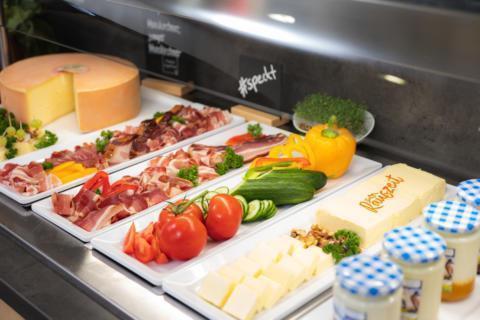 Sie sehen das reichhaltige Frühstücksbuffet im JUFA Hotel Maria Lankowitz mit frischem Gemüse. JUFA Hotels bietet erholsamen Familienurlaub und einen unvergesslichen Winter- und Wanderurlaub.