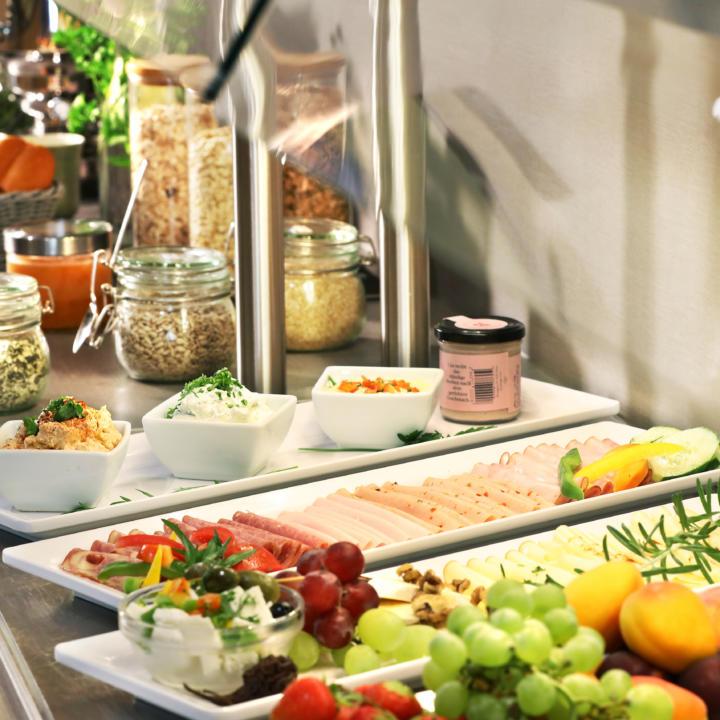 Sie sehen das Frühstücksbuffet vom JUFA Hotel Pöllau - Bio-Landerlebnis. Der Ort für erholsamen Familienurlaub und einen unvergesslichen Winter- und Wanderurlaub.