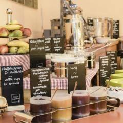 Frühstücksbuffet mit Marmeladen im JUFA Hotel Meersburg. Der Ort für kinderfreundlichen und erlebnisreichen Urlaub für die ganze Familie.