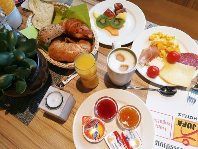 Sie sehen einen Frühstückstisch im JUFA Hotel Malbun – Alpin-Resort***. Der Ort für erholsamen Familienurlaub und einen unvergesslichen Winterurlaub.