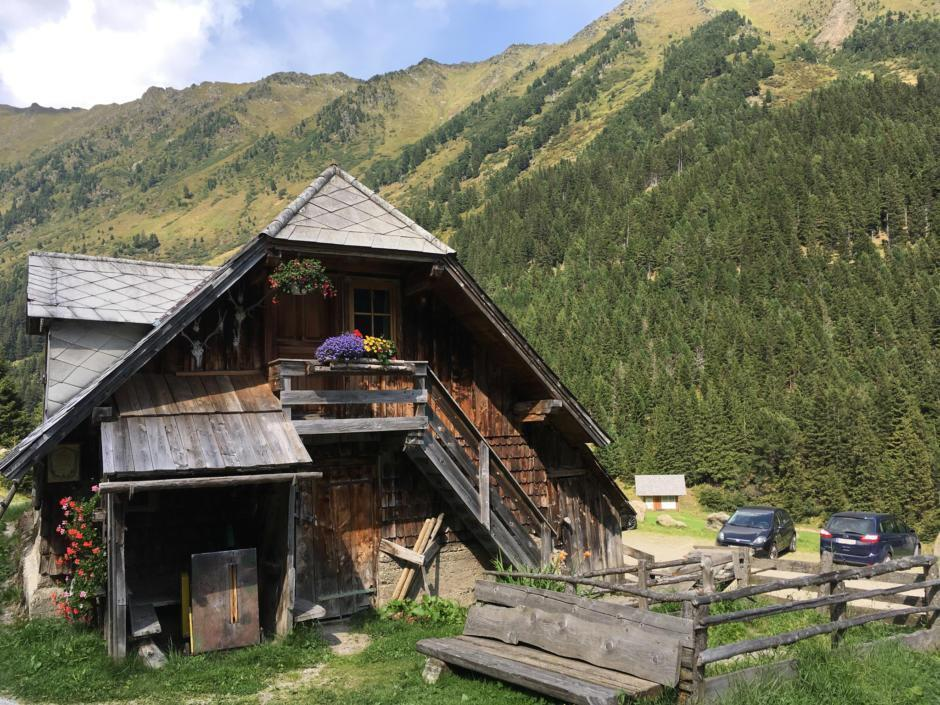 Sie sehen die Funklhütte im Wölzertal im Sommer. JUFA Hotels bietet erholsamen Familienurlaub und einen unvergesslichen Winter- und Wanderurlaub.
