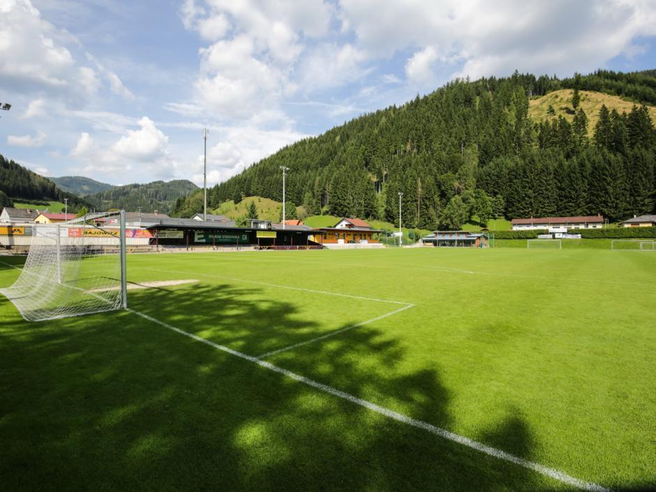 Sie sehen den Fußballplatz beim JUFA Hotel Veitsch mit Tor im Sommer. JUFA Hotels bietet Ihnen den Ort für erfolgreiches Training in ungezwungener Atmosphäre für Vereine und Teams.