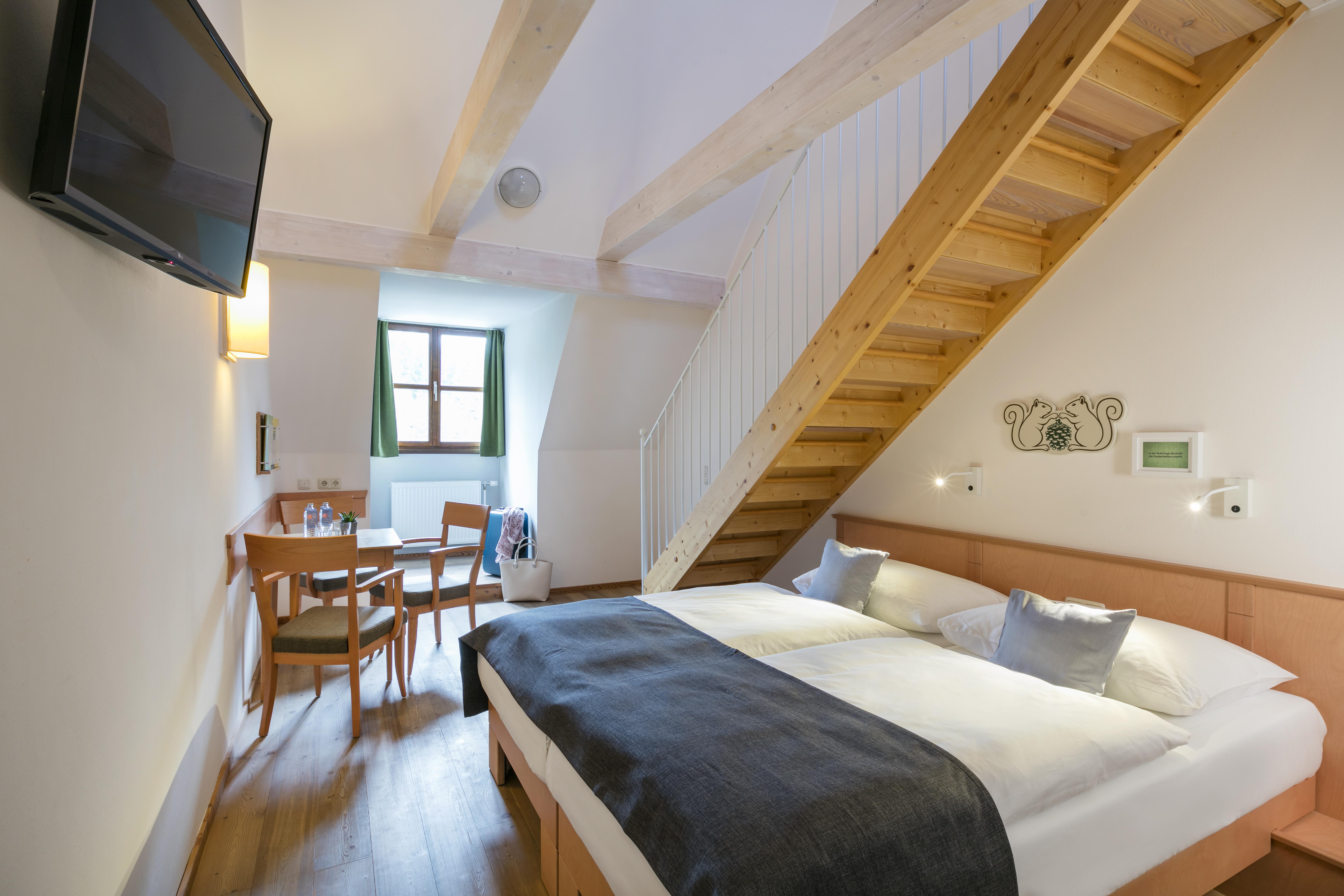 Galeriezimmer im JUFA Hotel Schloss Röthelstein/Admont*** mit Doppelbett. Der Ort für märchenhafte Hochzeiten und erfolgreiche und kreative Seminare.