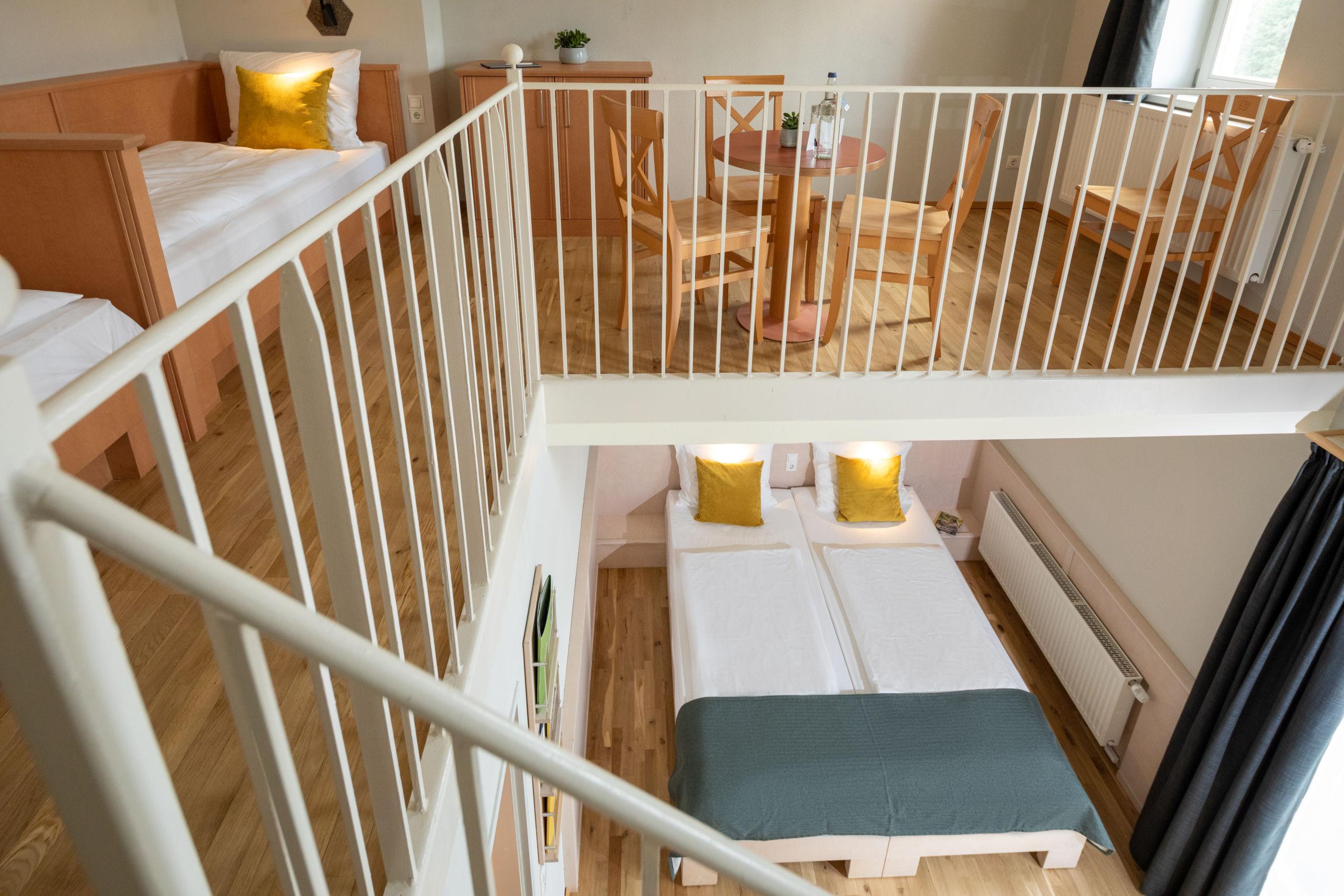 Sie sehen ein Galeriezimmer für Familien im JUFA Kempten. Der Ort für kinderfreundlichen und erlebnisreichen Urlaub für die ganze Familie.