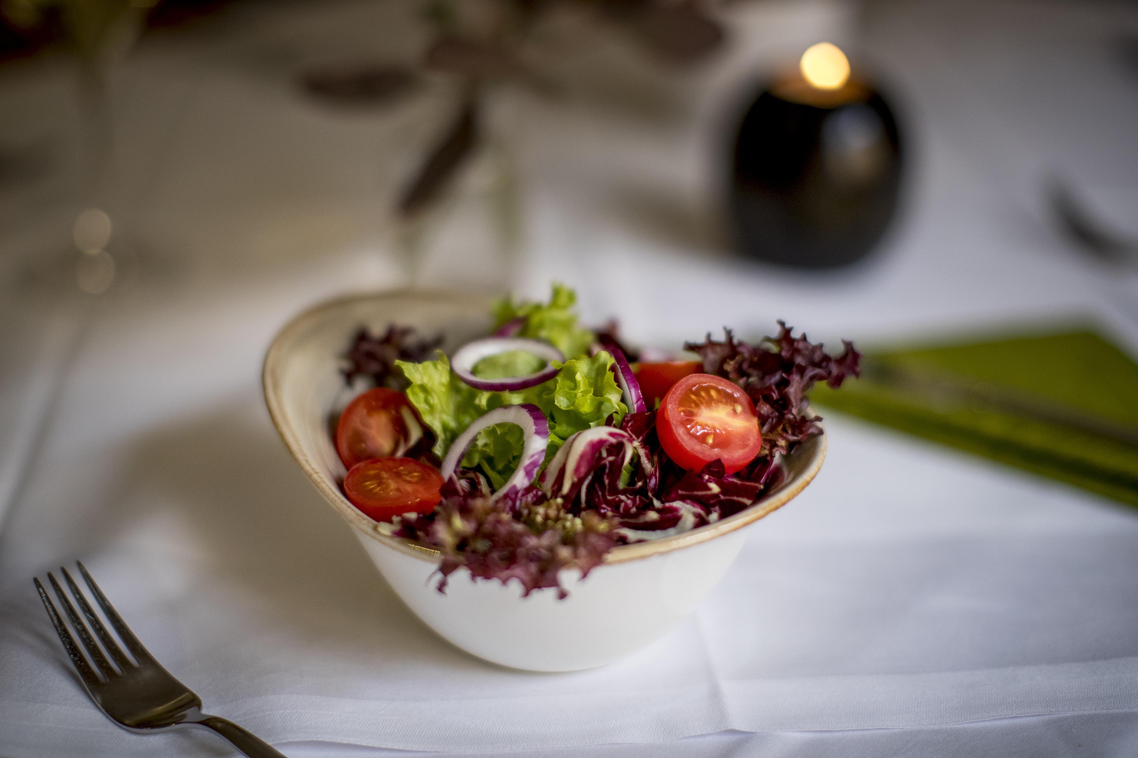 Sie sehen einen gemischten Salat. JUFA Hotels bietet erholsamen Familienurlaub und einen unvergesslichen Winter- und Wanderurlaub.