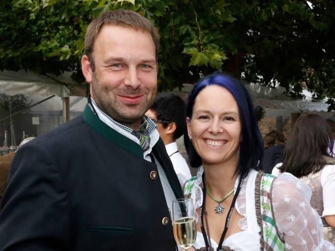 Sie sehen Geschäftsführer Gerhard Teufl mit seiner Frau Brigitte Teufl von der Getränkehandlung Dollfuss, die das JUFA Hotel Annaberg – Bergerlebnis-Resort***s beliefert. JUFA Hotels bietet kinderfreundlichen und erlebnisreichen Urlaub für die ganze Familie.
