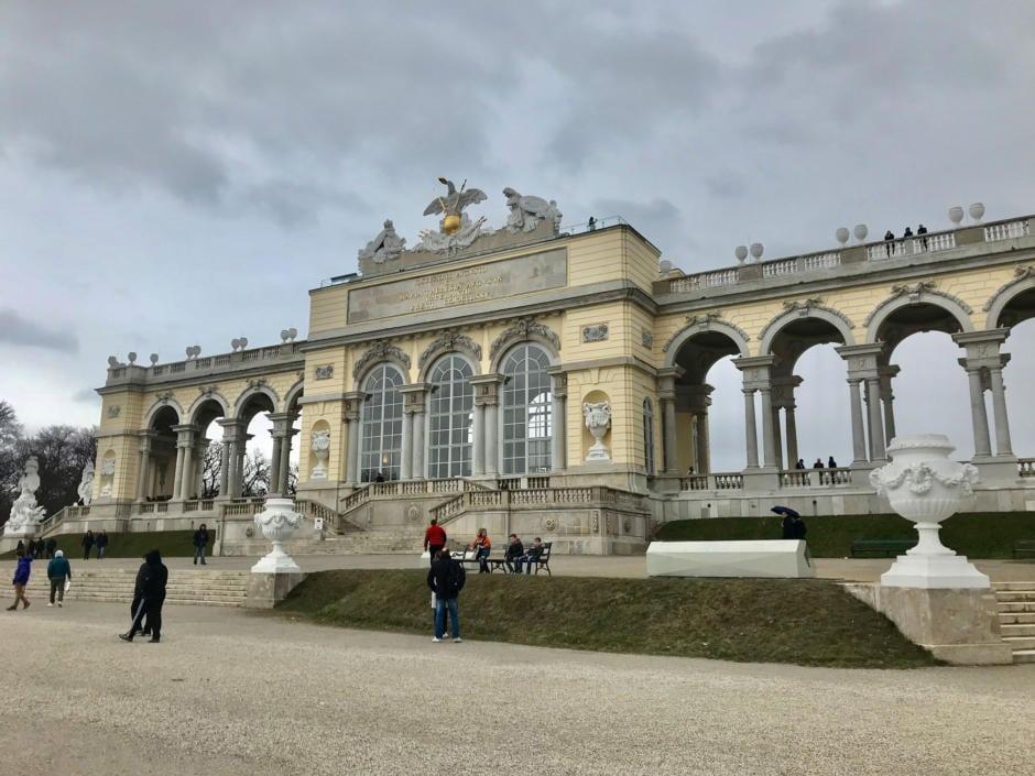 Sie sehen die Gloriette im Park von Schloss Schönbrunn in Wien. JUFA Hotels bietet Ihnen den Ort für erlebnisreichen Städteurlaub für die ganze Familie.