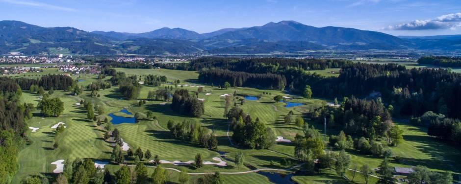 Sie sehen die Golfplatzanlage des Golfclub Murtal von oben. JUFA Hotels bietet Ihnen den Ort für erfolgreiches Training in ungezwungener Atmosphäre für Vereine und Teams.