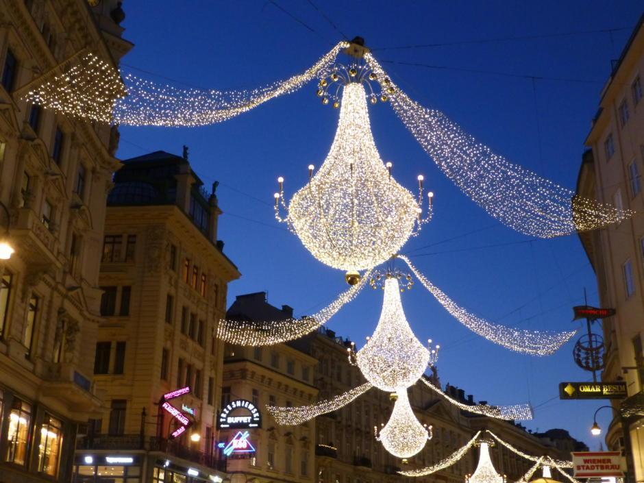 Sie sehen den Graben in Wien mit weihnachtlichen Lustern im Winter. JUFA Hotels bietet erholsamen Familienurlaub und einen unvergesslichen Winterurlaub.