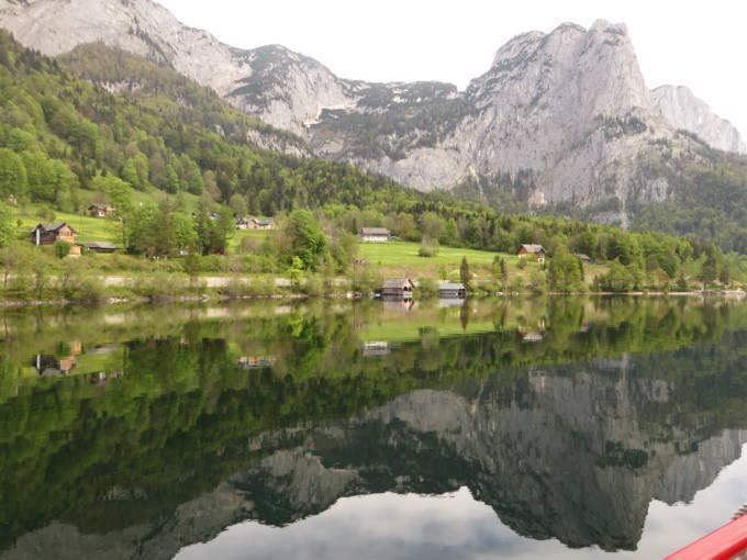 Sie sehen den Grundlsee mit seiner schönen Berglandschaft im Sommer. JUFA Hotels bietet tollen Sommerurlaub an schönen Seen für die ganze Familie.
