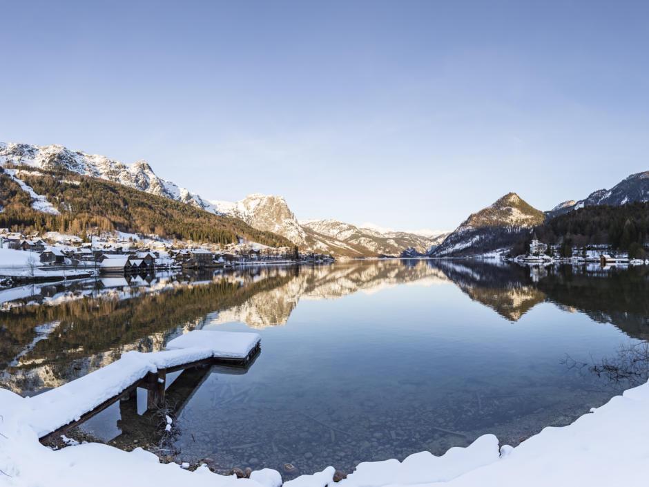 Sie sehen den Grundlsee mit schönem Bergpanorama im Winter. JUFA Hotels bietet erholsamen Familienurlaub und einen unvergesslichen Winterurlaub.